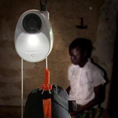Svetilka, ki ne potrebuje baterij, goriva ali sonca