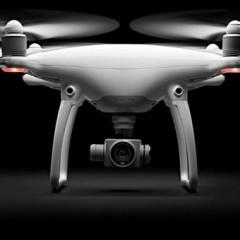 Dron DJI Phantom 4 s funkcijo sledenja premikajočemu se predmetu