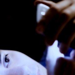 Vodič: Kako ponoči zavarovati oči pred škodljivo svetlobo zaslonov