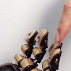 Elektronska koža na protezah s pomočjo sončne energije bolj podobna pravi