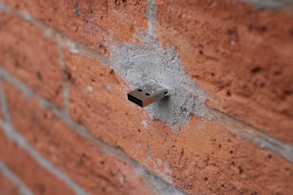 Na USB ključek v zidu lahko kdorkoli naloži karkoli. Zanimiv koncept offline deljenja vsebin, a varnostno vprašljiv.