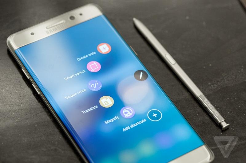 Mobilniki Galaxy Note so veljali za kralje produktivnosti, saj so poleg pisala S Pen ponujali kar nekaj trikov za lažje jemanje zapiskov, posnetkov zaslona, itd. Vir: TheVerge
