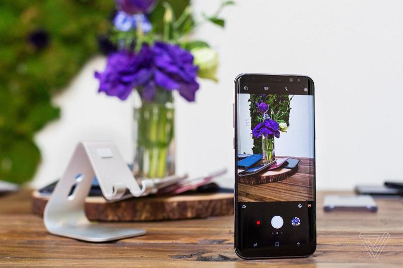 Kamera je strojno enako kot pri lanskem Galaxy S7, je pa Samsung izboljšal programski del, ki prinaša hitrejše slikanje in boljšo kakovost posnetkov. Vir: TheVerge