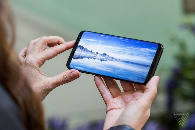 Zaslon na Galaxy S8 najbolj izstopa. Vir: TheVerge