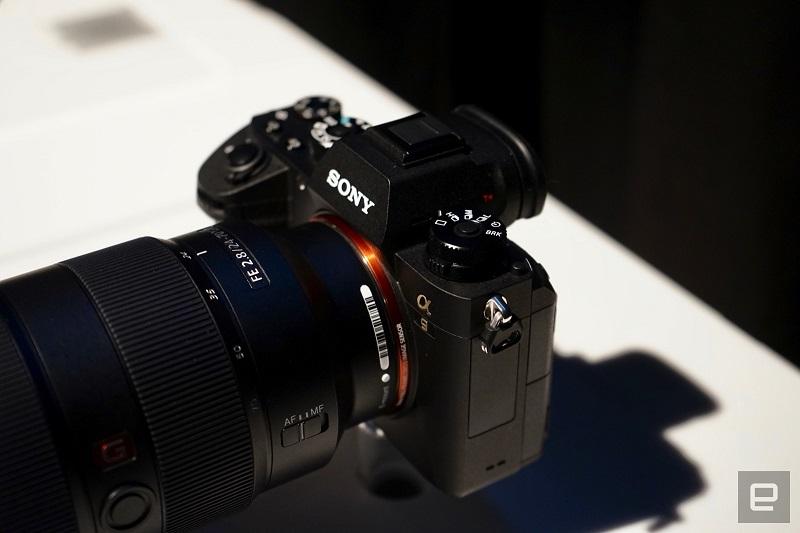 Po obliki je na prvi pogled A9 identičen modelom A7S II in A7R II. Vir: Engadget