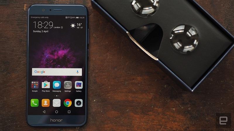Za razliko od najnovejših telefonov Samsunga in LG-ja, je 5,7 palčni zaslon na Honor 8 Pro razlog za konkretno velik telefon. Vir: Engadget